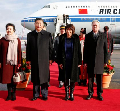 Chinese President Xi Jinping (2nd L) and his wife Peng Liyuan (L), Swiss President Doris Leuthard (2ndR) and her husband Roland Hausin listen to the national anthems during a welcome ceremony at the airport in Zurich, Switzerland January 15, 2017.  (KEYSTONE/REUTERS POOL/Arnd Wiegmann)..