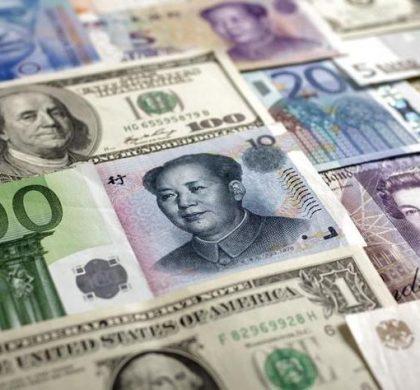 图为美元、欧元、人民币、日圆、英镑、瑞郎和俄罗斯卢布等币种。REUTERS/Kacper Pempel