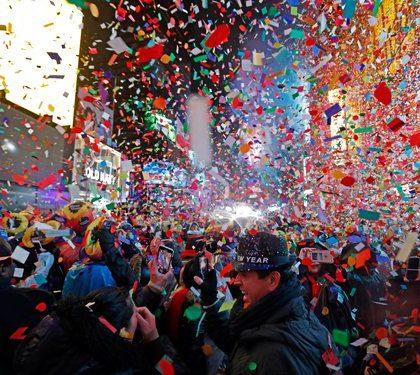 纽约时报广场雨中迎新 中国元素点燃激情