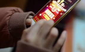抢红包、刷抖音、玩拼购 互联网下沉市场展现新活力