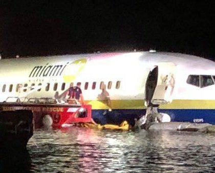 美国一架波音737客机在佛州降落时冲出跑道滑入河中