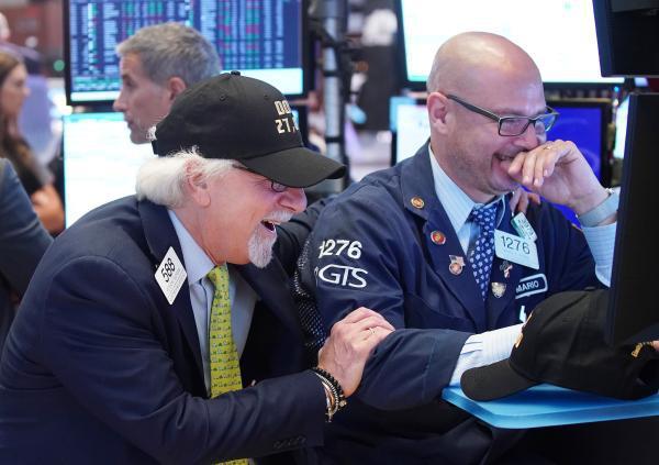 美联储主席释放宽松信号推动美股创新高