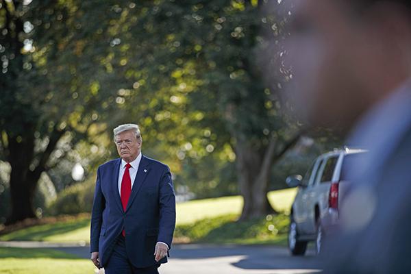 """新华社照片,华盛顿,2019年10月11日     (国际)(6)特朗普称美方有意调停土耳其与叙库尔德人冲突     10月10日,在美国华盛顿,美国总统特朗普离开白宫。     美国总统特朗普10日说,美国有意出面调停当前土耳其在叙利亚东北部对库尔德武装展开的军事行动。他同时警告土耳其如行动""""过线""""则可能招致美国制裁。     新华社发(沈霆摄)"""