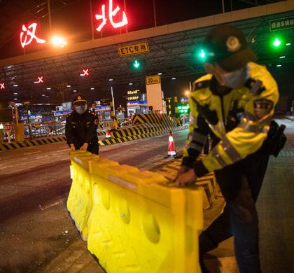 新华社照片,武汉,2020年4月8日     武汉离汉离鄂通道管控措施正式解除     4月8日凌晨,在武汉北高速收费站,工作人员移除围栏。     4月8日零时起,武汉市正式解除离汉离鄂通道管控措施,有序恢复对外交通。     新华社记者 肖艺九 摄