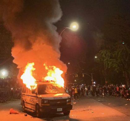 投掷砖块焚烧警车 纽约200抗议者被捕