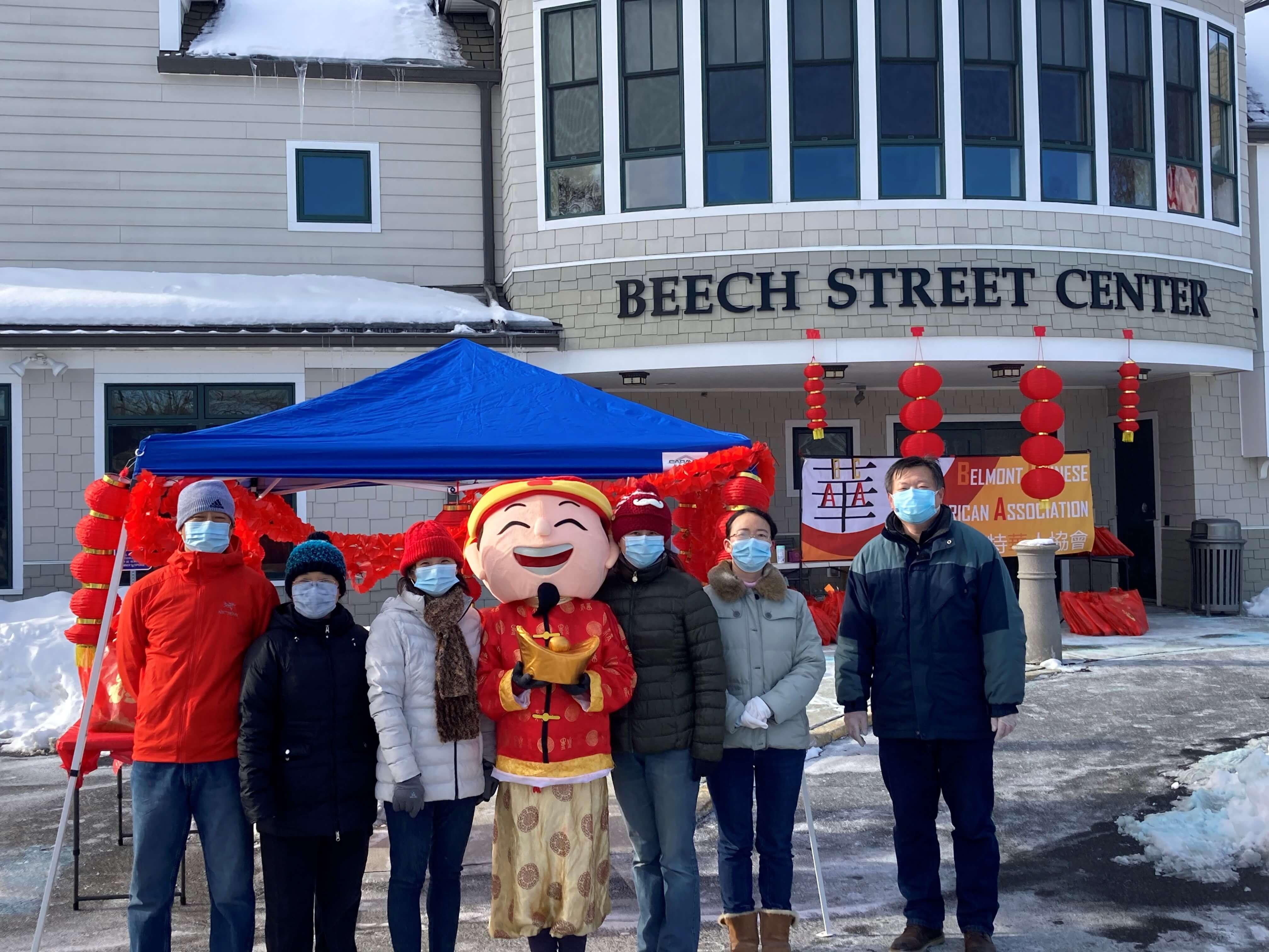 贝尔蒙特华人协会为当地社区居民赠送新年春节礼包