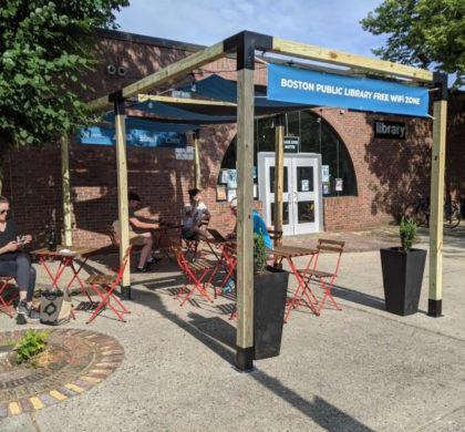 波士顿公共图书馆扩大户外工作学习空间 提供免费Wi-Fi帮助居民保持联系和凉爽