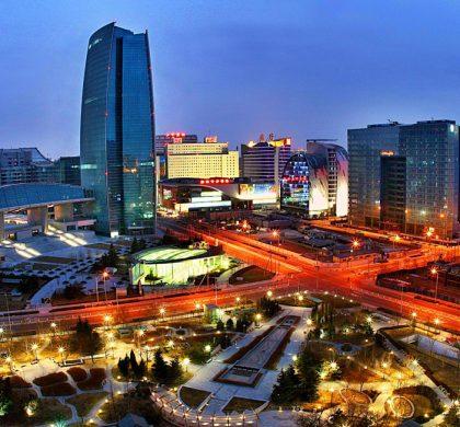 """新華社照片,北京,2011年4月21日       中關村發展史     這是現在的中關村廣場夜景。       中關村國家自主創新示範區起源於二十世紀八十年代初的""""中關村電子一條街"""";1988年5月,國務院批准成立北京新技術產業開發試驗區(中關村科技園區前身),由此中關村成為中國第一個高科技園區和中國經濟、科技、教育體制改革的試驗區;1999年6月,國務院要求加快建設中關村科技園區;2005年8月,國務院做出關於支持做強中關村科技園區的決策,並於2006年批准了中關村科技園區新的規劃範圍,逐步成為""""一區十園""""跨行政區域的高端產業功能區,並輻射全國。       中關村擁有以聯想、方正為代表的高新技術企業近2萬家,以北京大學、清華大學為代表的高等院校39所,以中國科學院在京院所為代表的科研院所140多家;擁有在校大學生40餘萬人,每年畢業生超過10萬。擁有高素質創新創業人才超過百萬,留學歸國創業人員數量佔全國的近四分之一。       新華社發"""