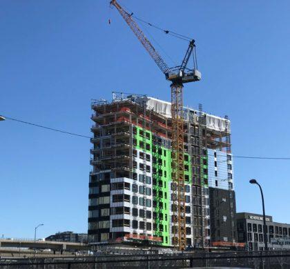 沃尔什市长签署法律将联动费提高42% 以支持波士顿经济适用房和劳动力发展