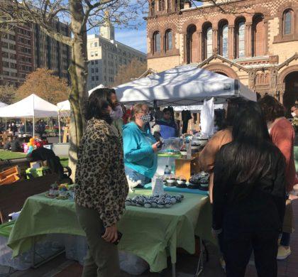 波士顿露天市场从5月至11月的每周六在科普利广场举行
