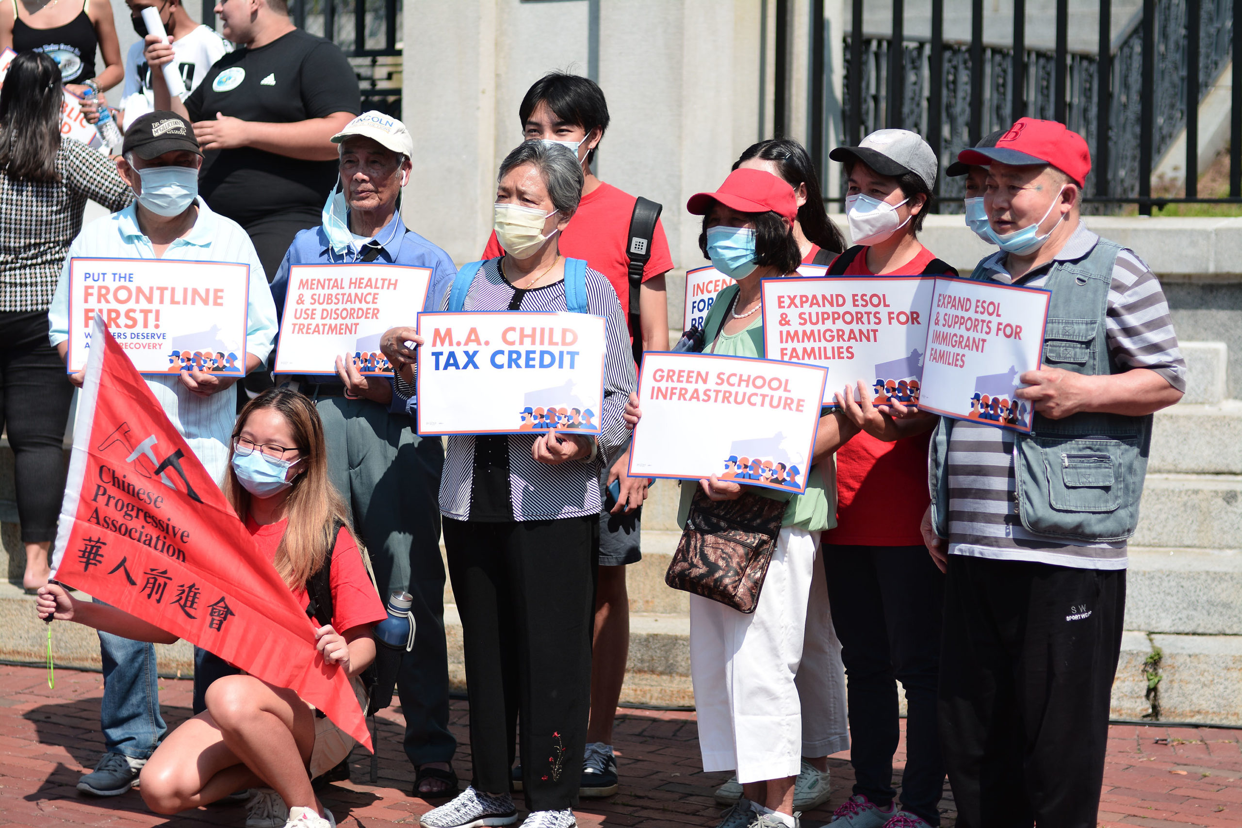 劳工和社区团体集会要求马萨诸塞州立法机关 将救援计划资金集中在一线工人和受影响社区