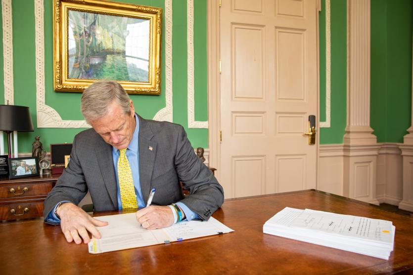 马萨诸塞州州长查理·贝克签署 2022 财年预算
