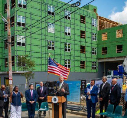 贝克-波利托政府访问埃弗雷特房屋项目 强调使用联邦资金的10 亿美元住房计划
